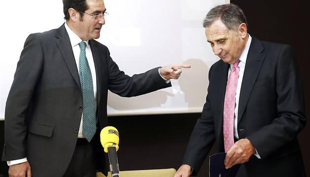 El presidente de Cepyme y vicepresidente de la CEOE, Antonio Garamendi (i) junto al presidente de la Confederacion de Empresarios de Navarra (CEN), José Antonio Sarría (d), antes de la conferencia que ha ofrecido en Pamplona.
