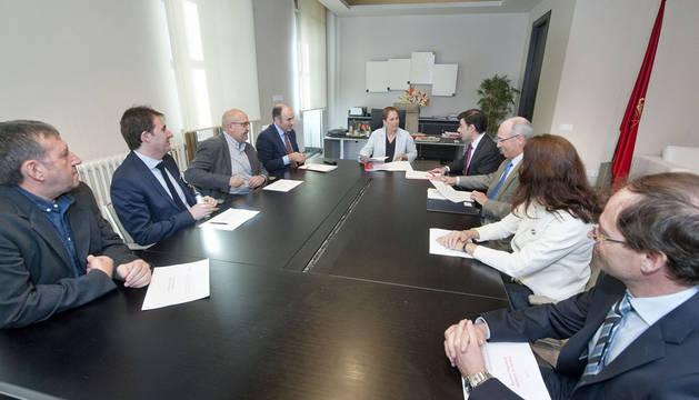 La Presidenta BLa Presidenta Barkos y el vicepresidente Ayerdi con la junta de ANEL.arkos y el vicepresidente Ayerdi con la junta de ANEL.