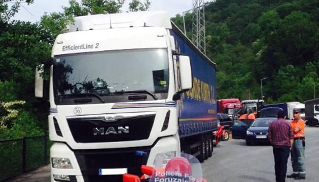 La patrulla de tráfico inmovilizando el camión en Narbarte