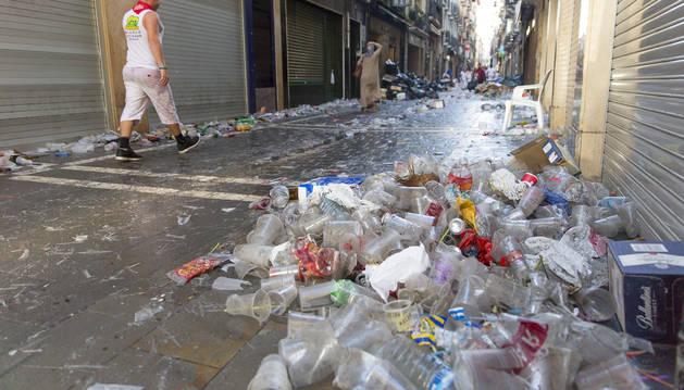 La calle San Nicolás, con basura acumulada, la mayoría plástico, un amanecer de fin de semana en Sanfermines.
