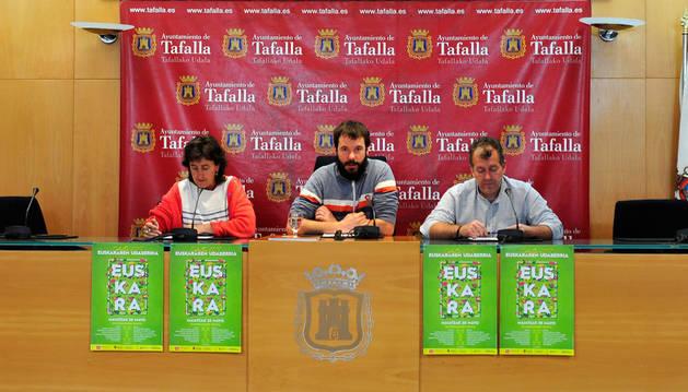 Desde la izda., Ana Flamarique, técnica de euskera; y los concejales Iñaki Lerga y José Ignacio Moros durante la presentación.