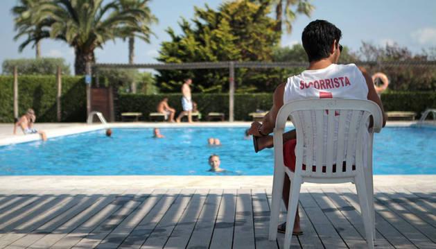 Imagen de un socorrista observando a los bañistas. En Navarra cada verano unos 650 socorristas velan por la seguridad de las personas cuando se bañan.