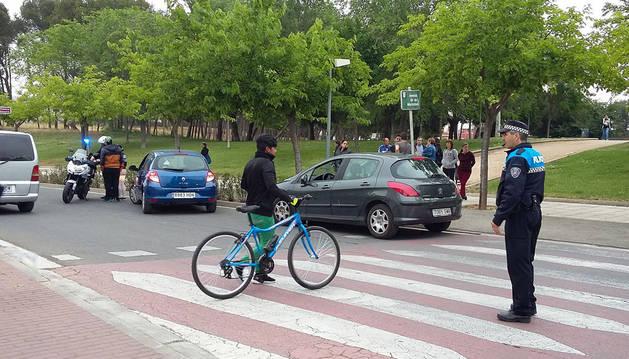 Imagen de un policía, instantes después del atropello en el paso de cebra.