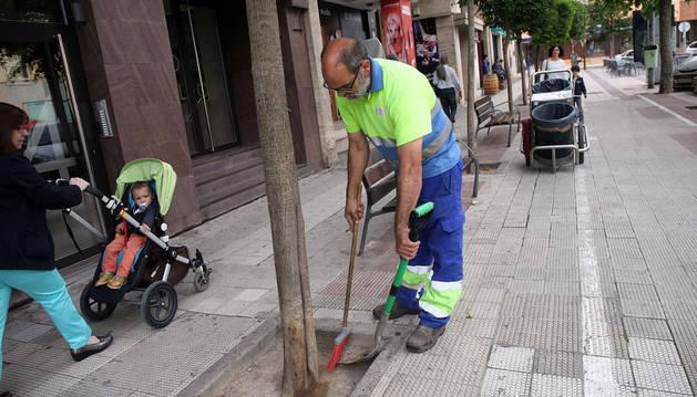 Imagen de un empleado de la contrata de limpieza de Tudela realizando su trabajo en el paseo de Pamplona.