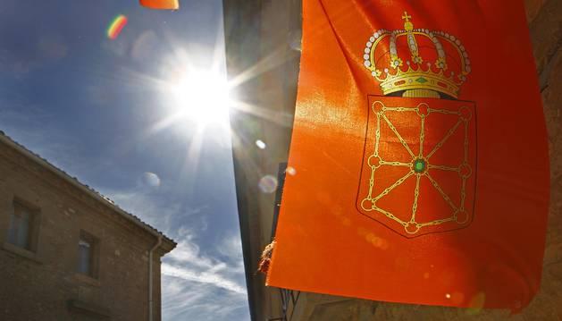 La bandera de Navarra ondea en el balcón de una casa de Barbarin.
