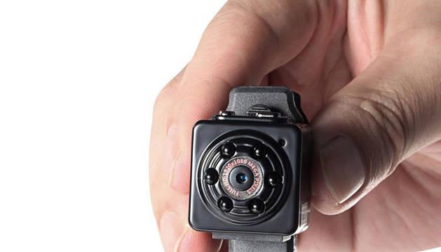 El acusado colocó varias cámaras ocultas en los enchufes del baño de mujeres.