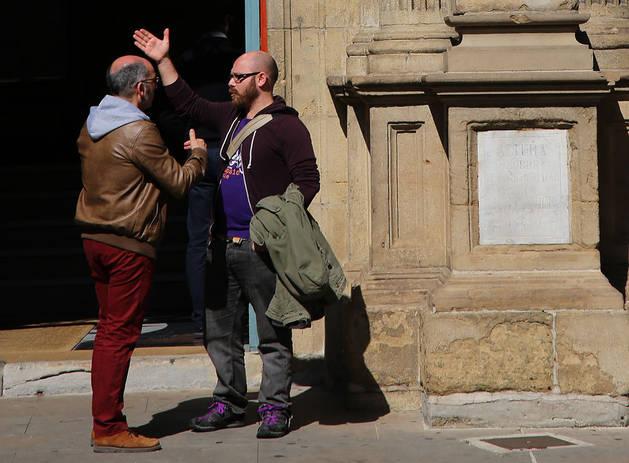 Imagen de los ediles Joxe Abaurrea (Bildu), izquierda, y Armando Cuenca (Aranzadi) hablando delante del Ayuntamiento.