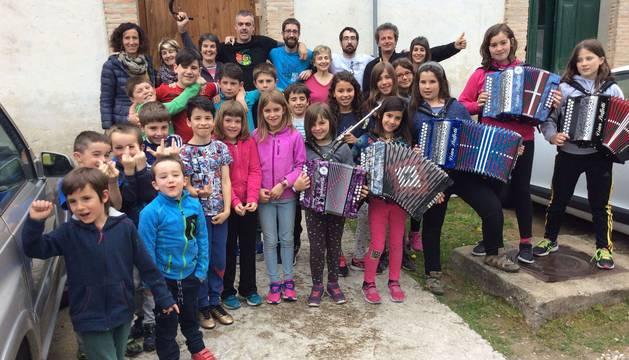 Músicos de todas las edades forjados en la escuela llevan la música a las calles del valle de Roncal.