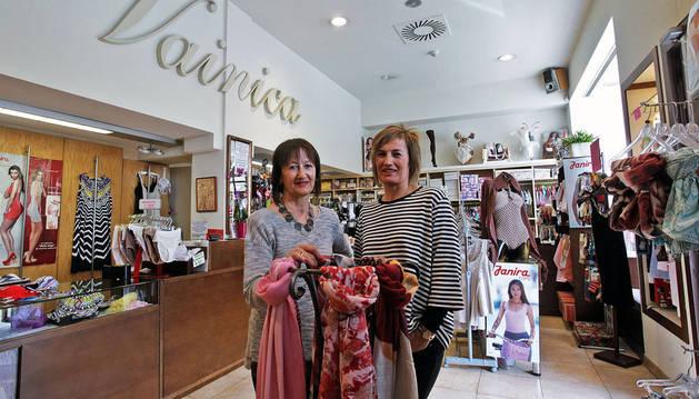 Foto de María Ángeles Aranguren San Martín (a la izquierda) con su hermana Marisa en la mercería Vainica.