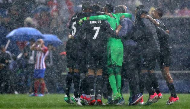 Los jugadores celebran el pase al término del partido