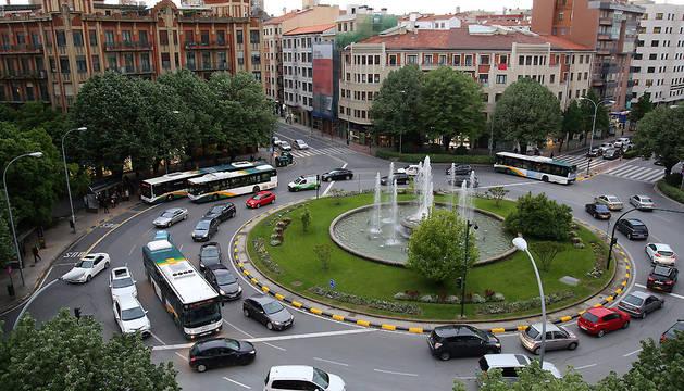 Tráfico intenso en la plaza Príncipe de Viana de Pamplona.