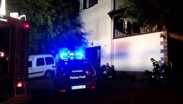 El balcón al que treparon los policías forales se encuentra en la fachada principal, tras el árbol.