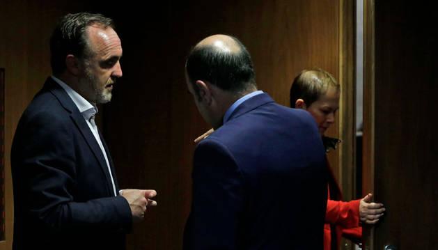 Imagen de Javier Esparza (UPN) y el vicepresidente Ayerdi, que hablaron este jueves en el Parlamento. Tras ellos, Barkos.