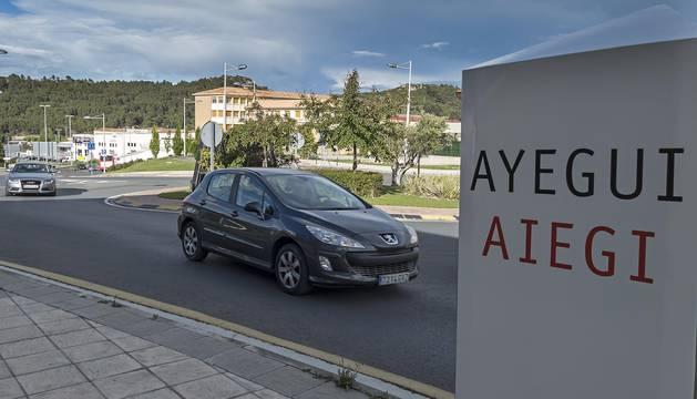Señalización en el acceso al municipio, con el colegio Mater Dei al fondo.