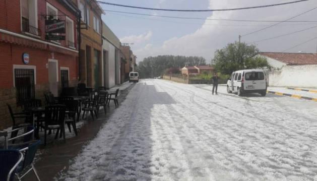 Imagen del aspecto que presentaba una calle de Lerín, con el asfalto totalmente 'blanqueado' por el granizo.
