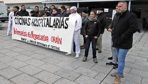 Concentración de trabajadores de Mediterránea de Cátering para que se asegurara su puesto de trabajo.