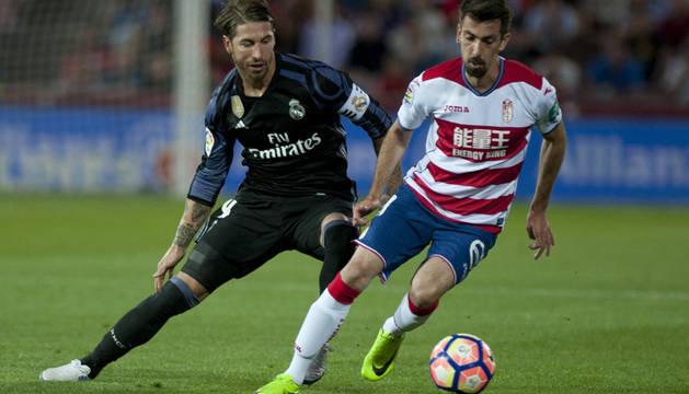 Cuenca conduce el balón ante Sergio Ramos en un partido de liga