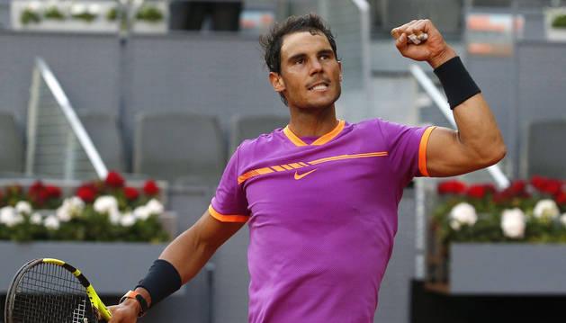 El tenista español Rafael Nadal, celebra su victoria durante el partido frente al italiano Fabio Fognini, correspondiente a la segunda ronda del torneo Mutua Madrid Open