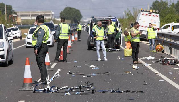 Agentes de la Guardia Civil en el lugar del atropello de los ciclistas en Oliva.