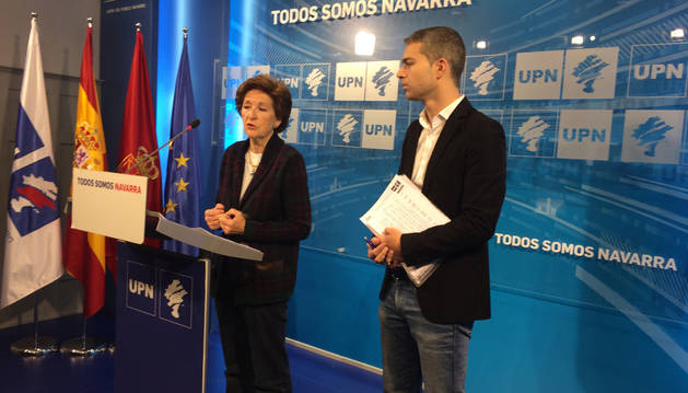Loren Albéniz, concejala de UPN en el Ayuntamiento de Tafalla, con Jorge Esparza en la comparecencia celebrada el viernes.