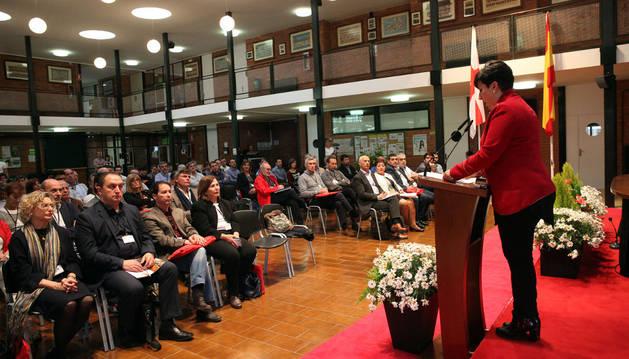 La consejera María Solana, a la derecha, ante los asistentes al congreso que se inauguró ayer en el CIP ETI de Tudela.