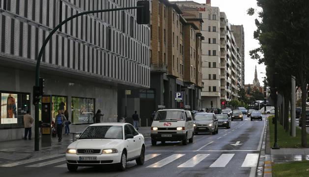 Uno de los tramos de Yanguas y Miranda que se restringirán al tráfico. Desde la Plaza de la Paz a Sarasate, el carril derecho se añadirá a la acera, el central será para autobuses y, el de la izquierda, para residentes.