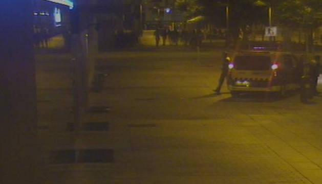 La Policía Municipal a su llegada a la avenida de Roncesvalles para asistir a la chica.