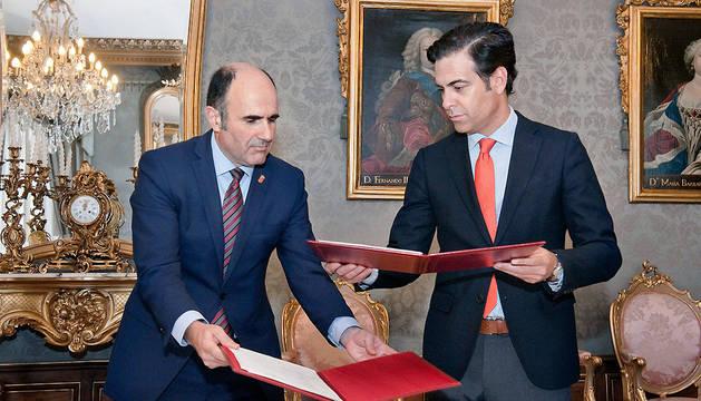 El vicepresidente Ayerdi y Pablo Zalba, tras la firma.