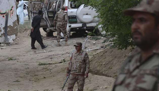 El estado del coche del primer ministro pakistaní tras la explosión.