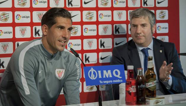 Foto de Gorka Iraizoz, acompañado por el presidente de la entidad, Josu Urrutia, durante la rueda de prensa que ha ofrecido de despedida.