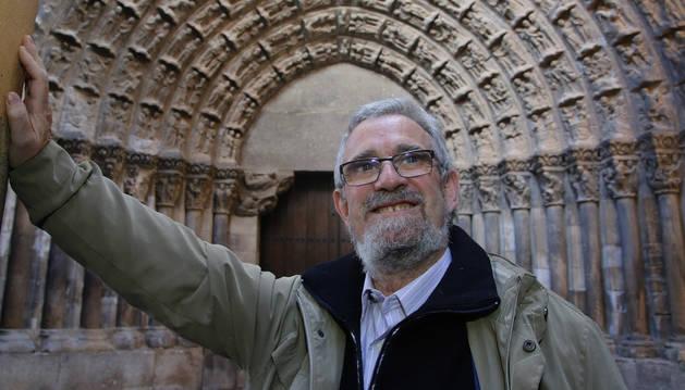 El día del primer aniversario del trasplante, Juan Ramón Marín Aguirre despliega un rostro feliz y sonriente en la Puerta del Juicio de la catedral de Tudela.