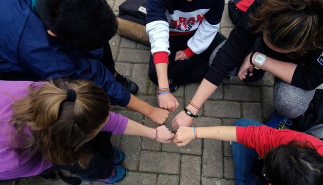 Las manos de los menores unidas
