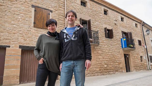 Itziar Pagola Aramendía y Santiago Alcoz San Martín ante el albergue que abrieron la pasada semana en Luquin.