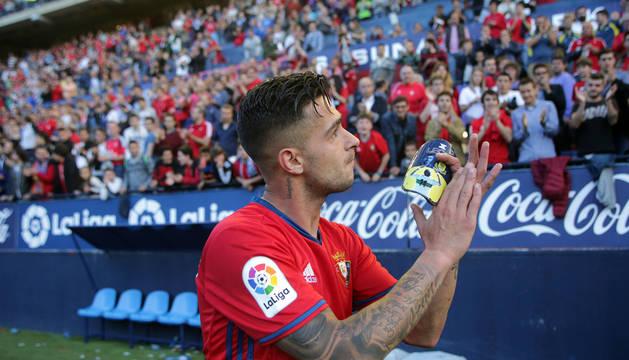 Sergio León fue el último en marcharse del terreno de juego y se despidió agradecido de la afición rojilla en su último partido en El Sadar.