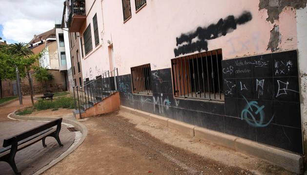 Imagen del pasaje de la Casa Cuna, con numerosas pintadas en una de las paredes.