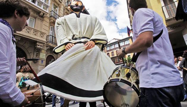 Dos tamborileros amenizan la calle San Saturnino al paso de uno de los gigantes de la Chantrea.