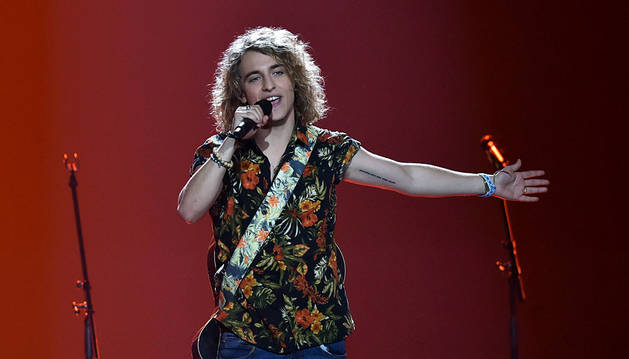 Manel Navarro no defrauda y hace el ridículo en Eurovisión