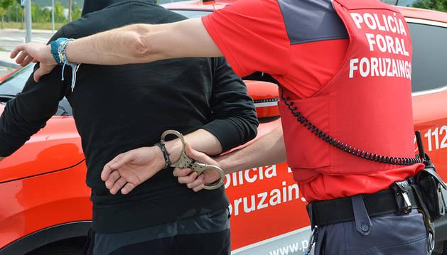 Detenido un joven de 20 años en Villava tras abofetear y amenazar de muerte a su pareja