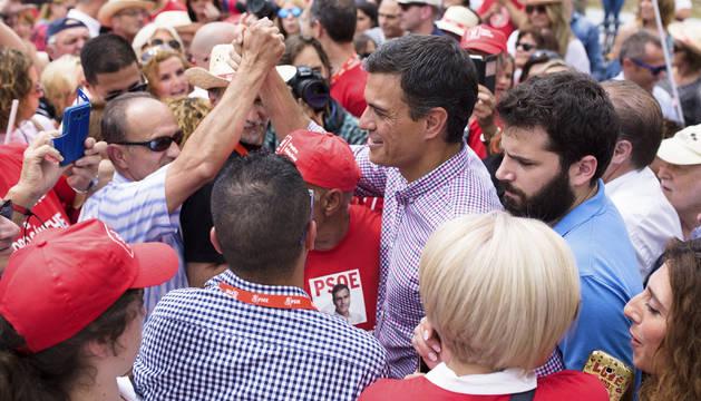 Foto de Pedro Sánchez, saluda a varios simpatizantes al término de un acto con militantes en la localidad malagueña de Cártama.
