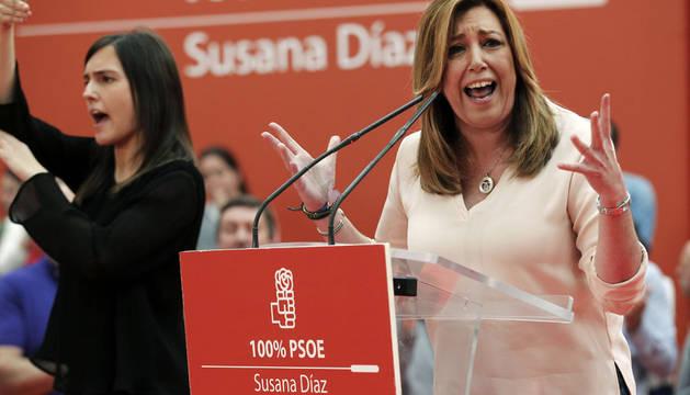 Susana Díaz (d), durante el acto público que ha celebrado hoy en Gijón en busca del apoyo de la militancia asturiana