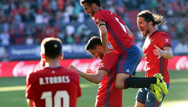 Oier y Vujadinovic acuden a celebrar con Kenan Kodro el gol del delantero que supuso la victoria de Osasuna.