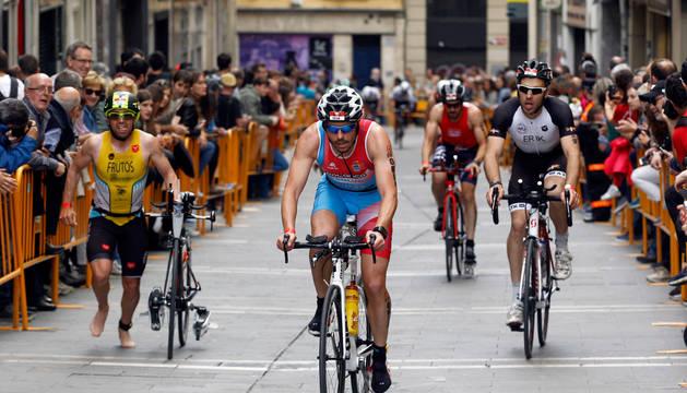 Un grupo de triatletas, finalizando el sector ciclista en Chapitela antes de llegar a la zona de transición.