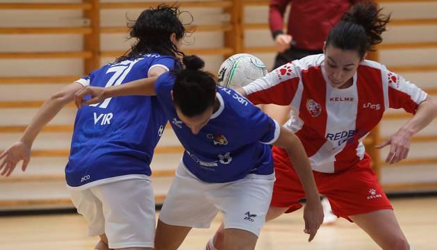 Dos jugadoras del Txantrea luchan por el balón contra una del Rubí.