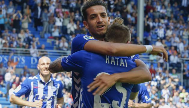 Feddal y Kattai celebran uno de los goles del Alavés.