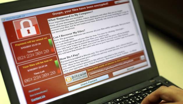 Un programador muestra la captura de pantalla en la que se pide un rescate en bitcoins por los documentos encriptados en Taipei (Taiwán).
