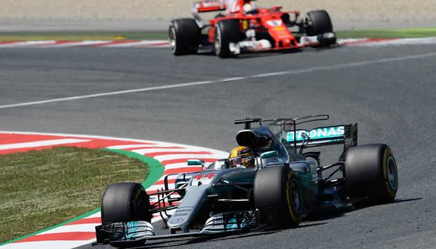 Hamilton le gana la batalla táctica a Vettel