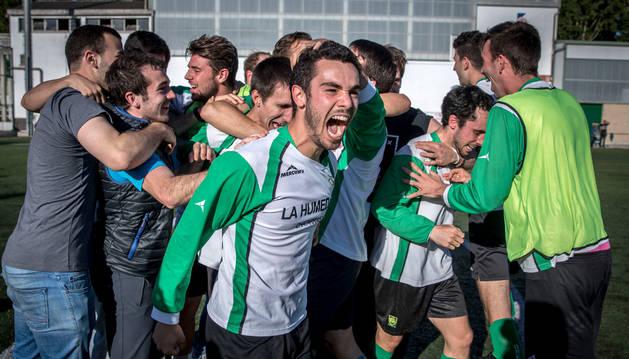 Foto de Oberena celebró con rabia la clasificación para el 'playoff'. En la imagen, el lateral Álvaro Gómez en primer plano y el resto de la plantilla.