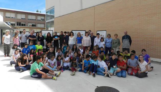 Escolares, docentes y autoridades invitadas al acto inaugural posaron juntos en el patio del colegio junto a la exposición.