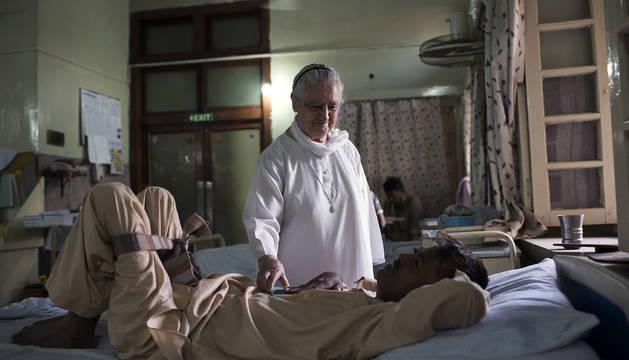 La hermana Pilar atiende a uno de los pacientes del Hospicio San José de la localidad paquistaní de Rawalpindi.