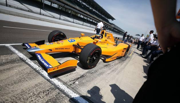 Alonso con su coche durante el primer entrenamiento de Indianápolis